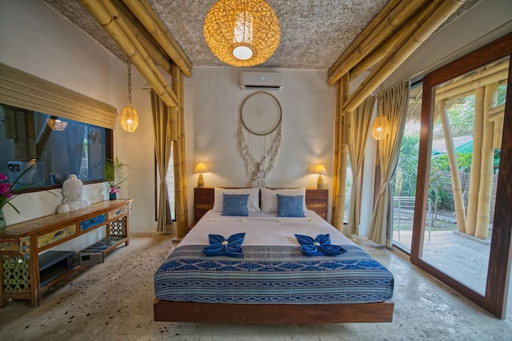 Bedroom with extra king size bed (2 x 2 meters), rooms size 5 x 4 meters, ceiling height 3,3 meters