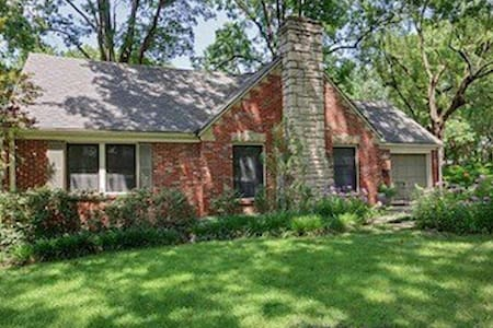Charming 3 bedroom in Old Leawood - Leawood