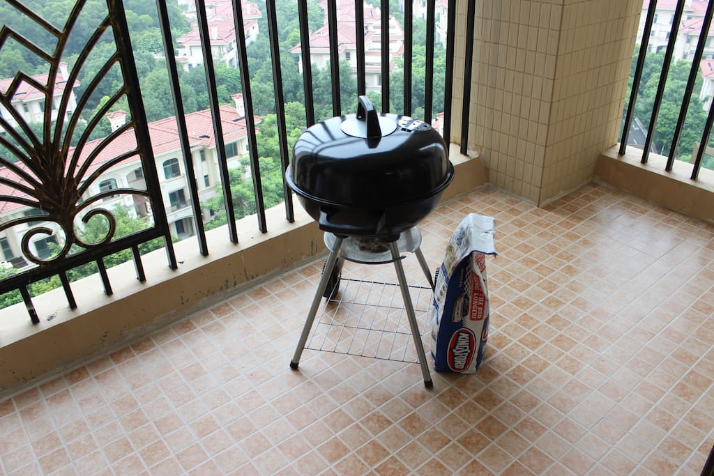 living room balcony with BBQ stove and charcoal 客厅阳台配有苹果烧烤炉和碳