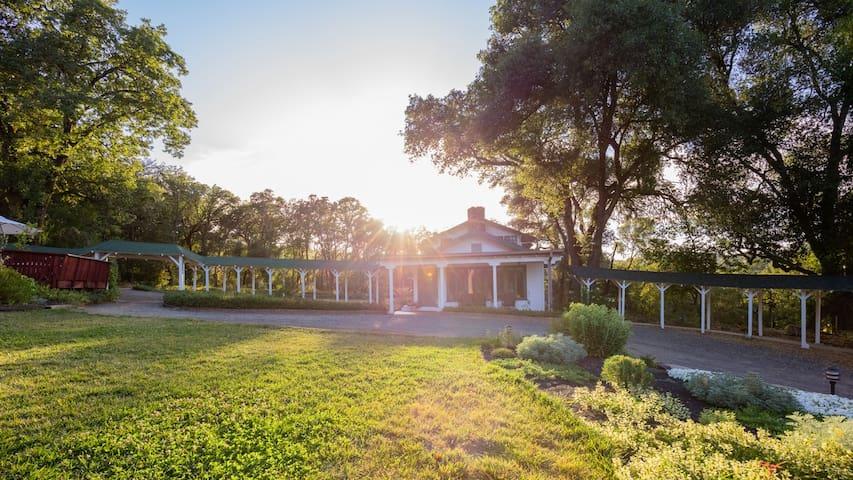 Historic Yokayo Ranch, Hot Tub, Saltwater Pool! - Ukiah - Dom