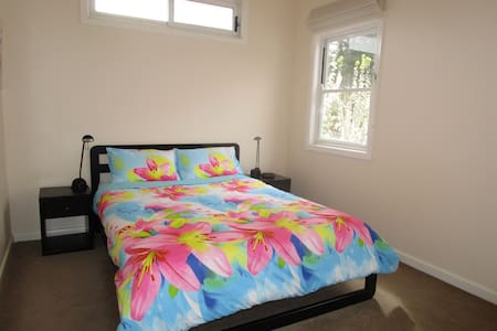 2 Bright Rooms own Bathrm nr train - Mitcham - Talo