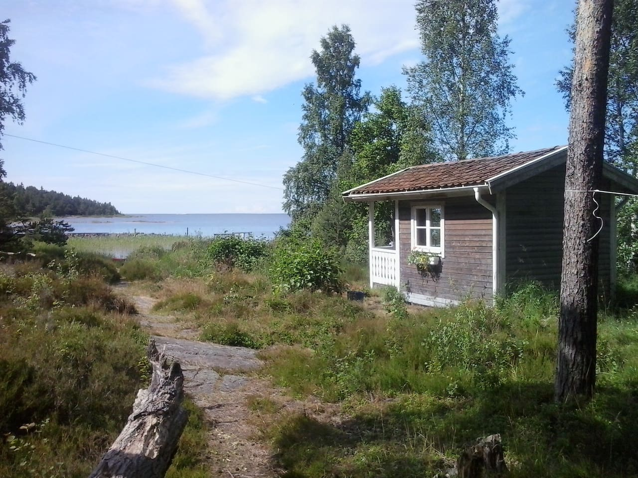 This little cabin is situated just a few meters from the lake.