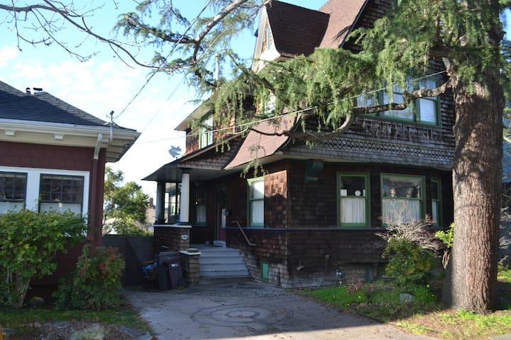 Guest House near Piedmont Avenue