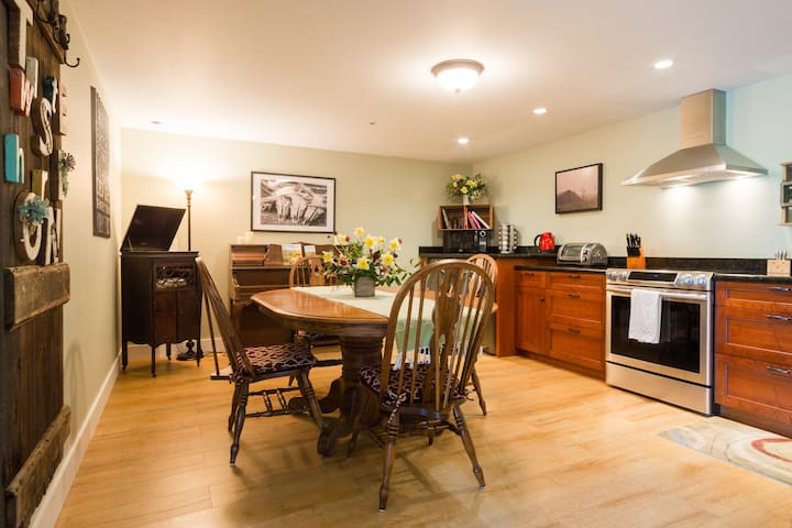 """Modern 2 br """"bunkhouse"""" at Twisted Horn Ranch"""