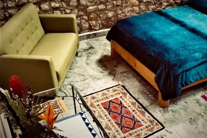 Una estancia que combina el confort con el diseño orgánico. La recamara siempre esta iluminada lo que hace que las texturas de la pared y el piso combinen a la perfección generando un ambiente que convoca a la paz.
