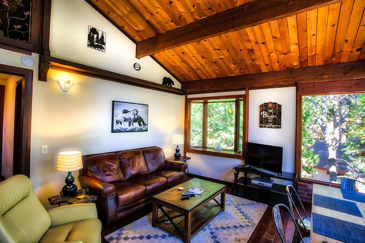 """OnCabinTime"" Modern Chic Cabin For Up to 8 Guests - Crestline - Casa"
