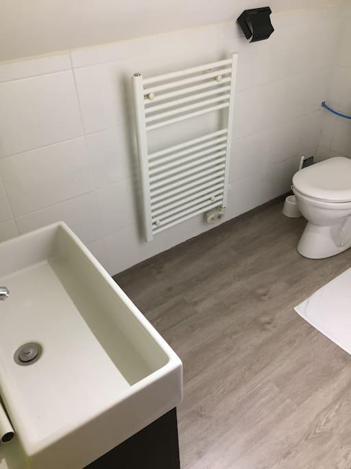 Salle de bain à l'étage avec douche et WC