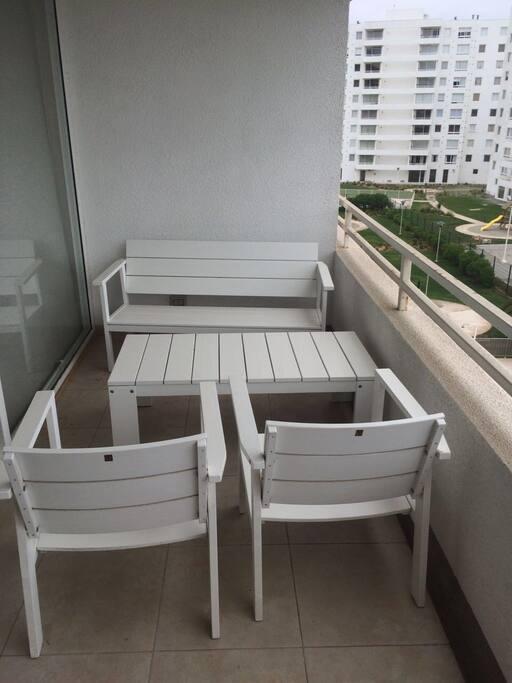 Terraza abierta, amplia y cómodamente habilitada.