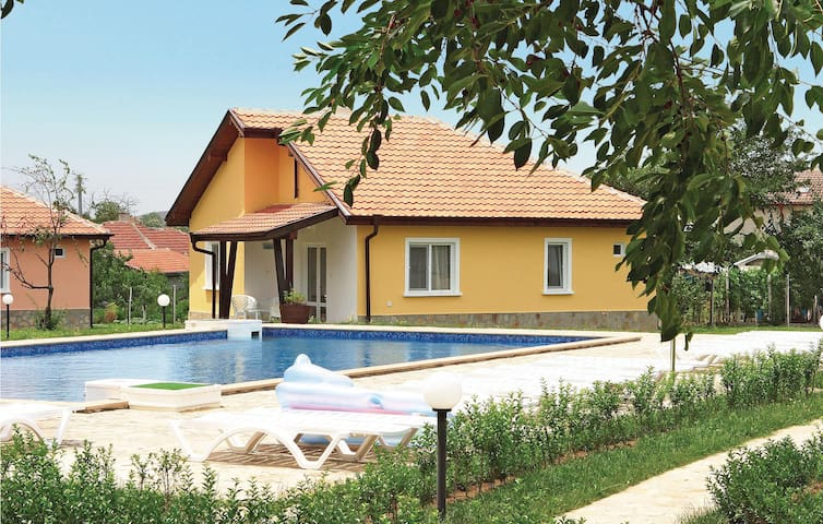 Holiday cottage with 3 bedrooms on 76m² in Bryastovec