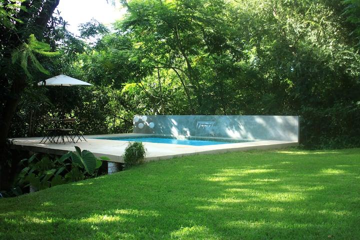 Casa con alberca en el centro de Villa de Santiago