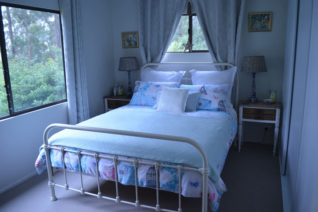 The main Queen bedroom gives total comfort, quality bedding and country, vintage styling with built-in wardrobes and the views are amazing. A electric blanket will keep you toasty warm with a peaceful nights slumber.