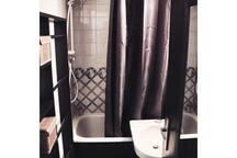 La salle de bain comporte un WC séparé sur la droite