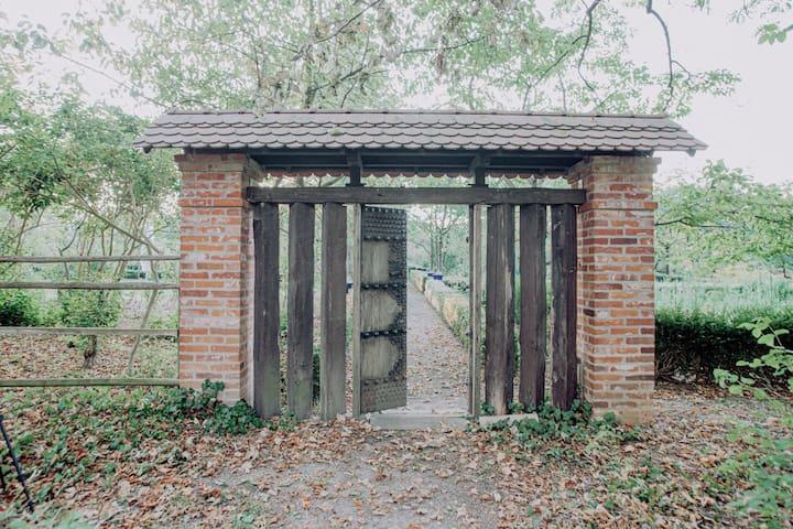 Durch diese Tür müsst ihr gehen um zu unserer Pfingstrosensammlung zu gelangen.