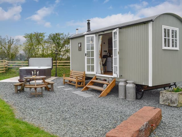 Greengill Farm Shepherds Hut- UKC3632 (UKC3632)