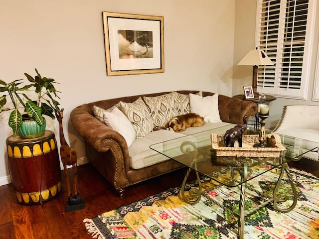 Beautiful Townhome - Lovely room with TV