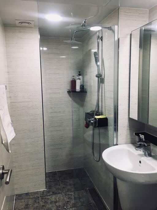 욕실이에요. 변기가 사진에 없는데 비데설치 되어있습니다 ;-)