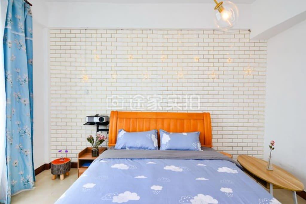 床头的星星灯可自行插座点亮