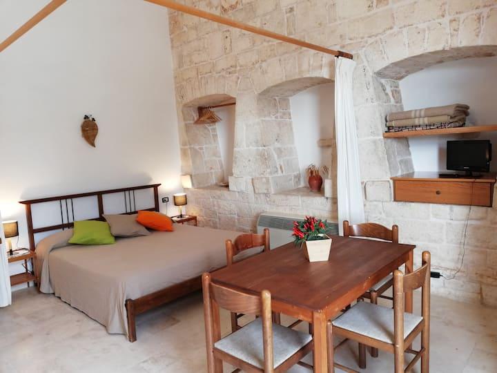 Mandorlo: cozy stone room