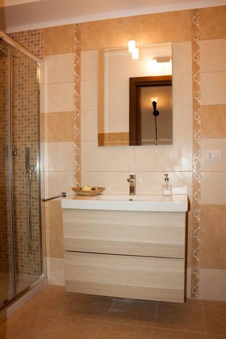 elegante bagno con cabina doccia