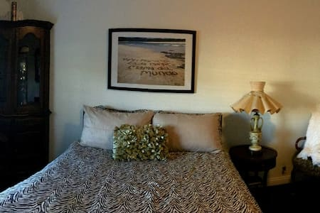 Large Master Bedroom- With access to all socal - Los Alamitos - House