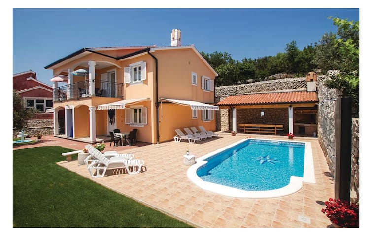 Holiday cottage with 6 bedrooms on 187m² in Koromacno