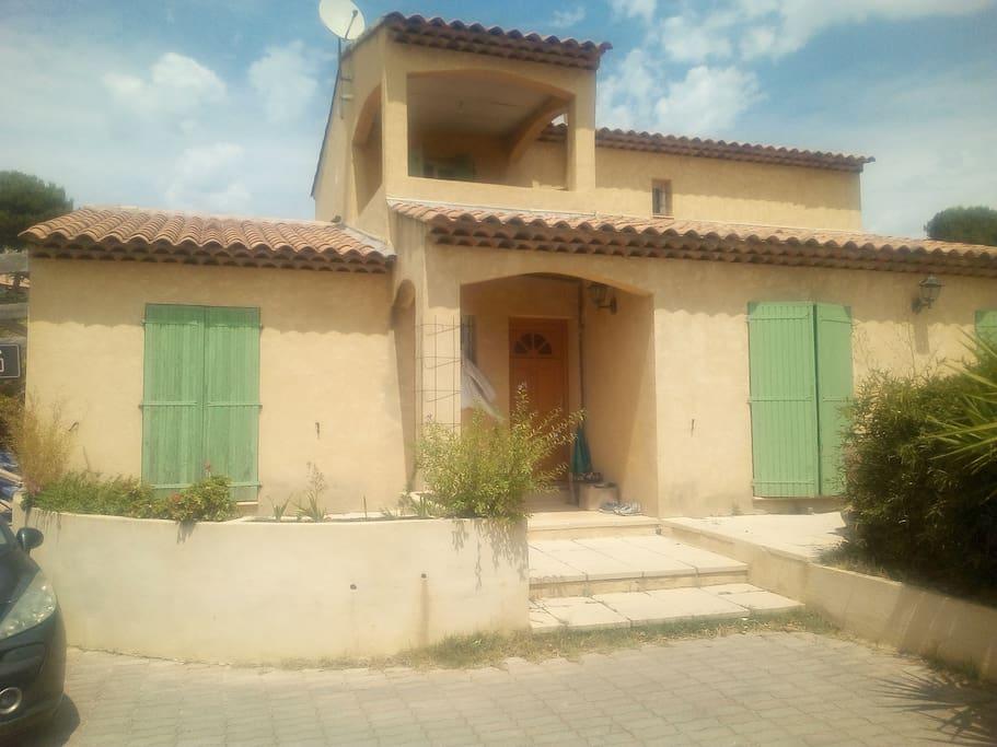 vue générale de la maison avec le balcon réservé à la chambre à louer