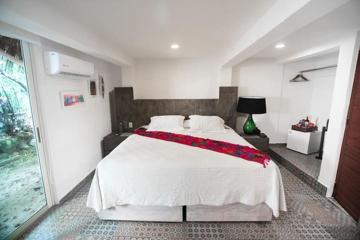Cozy room for two inside a zen like boutique hotel steps away from the beach
