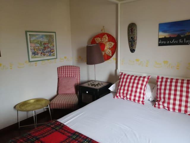 Habitación con cama de matrimonio en adosado