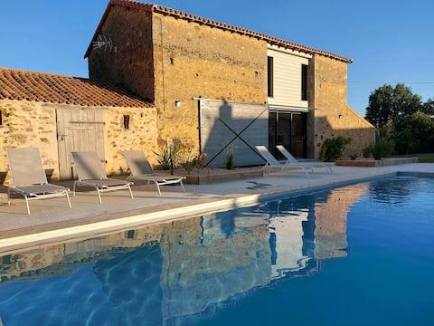 Grange rénovée avec grande piscine extérieure
