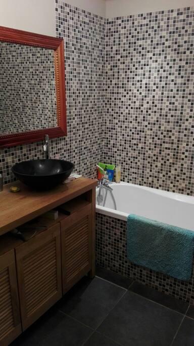 salle de bain ambiance zen, gel douche/galets de bain/serviettes de toilette fournie. ✌