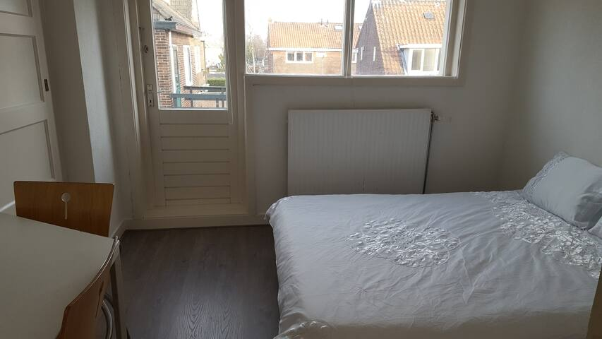 Room with roofterrace 15 min from A'dam center!