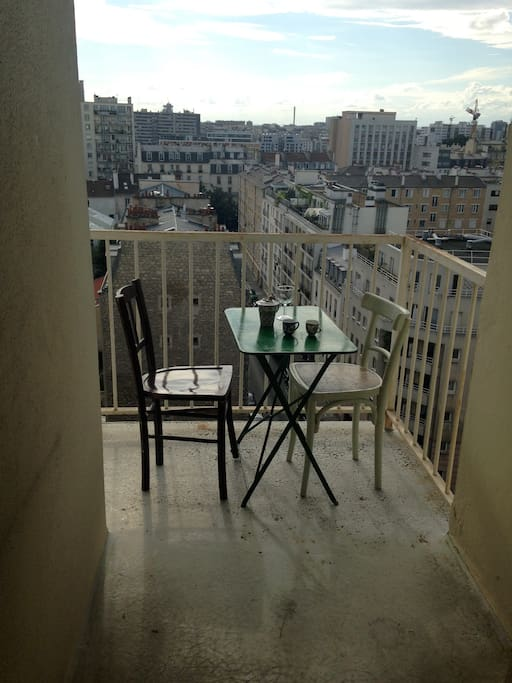 balcon terrasse où l'on peut prendre son petit déjeuner