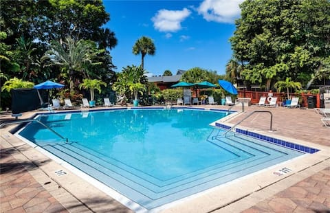 Water Views, Resort Style Condo in Heart of Naples