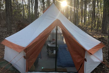 Camp Moonshine-Spacious yurt style tent by lake