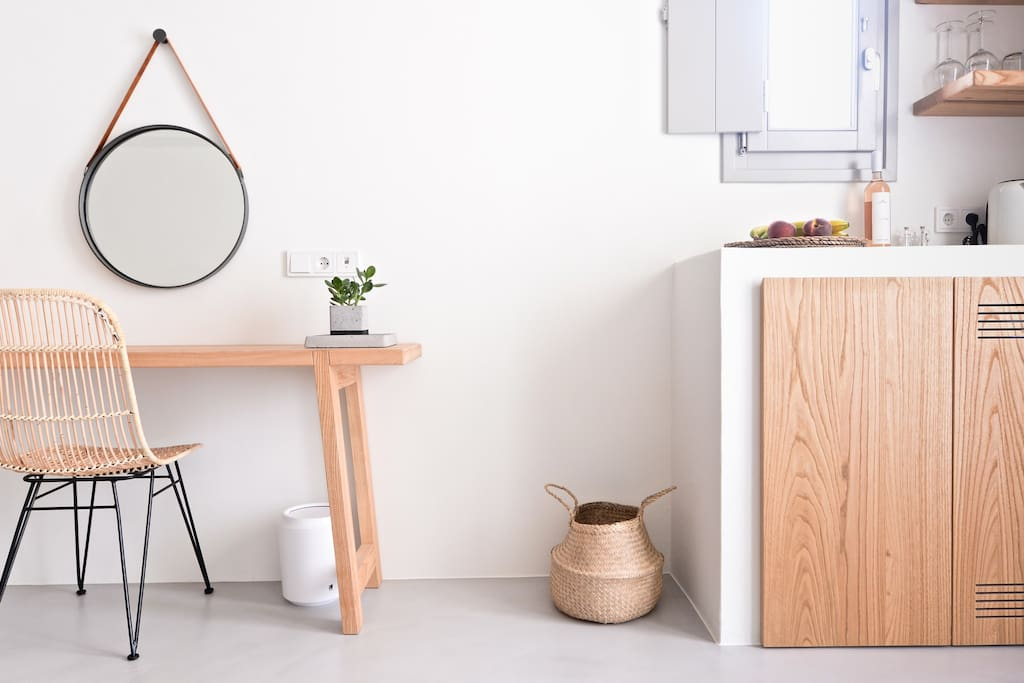 Pénde Suite 1 desk and kitchenette detail