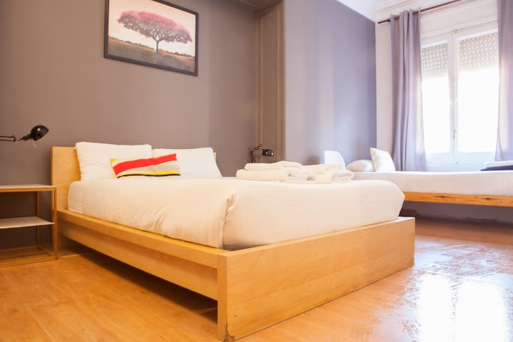 wow! Barcelona Triple room with private Bathroom