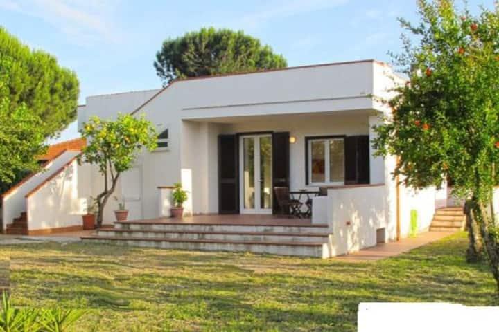 FONDI, villa indipendente, giardino, 9 posti letto