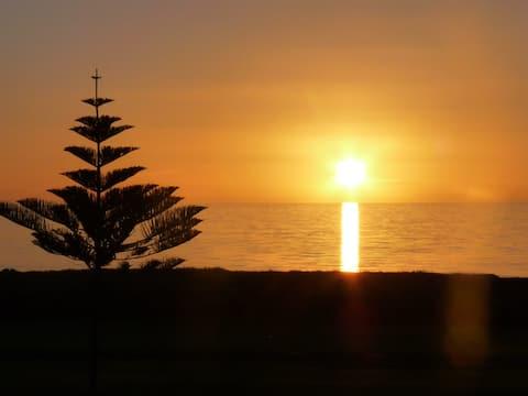 'Clarkeys' - Beachfront, sleeps 10