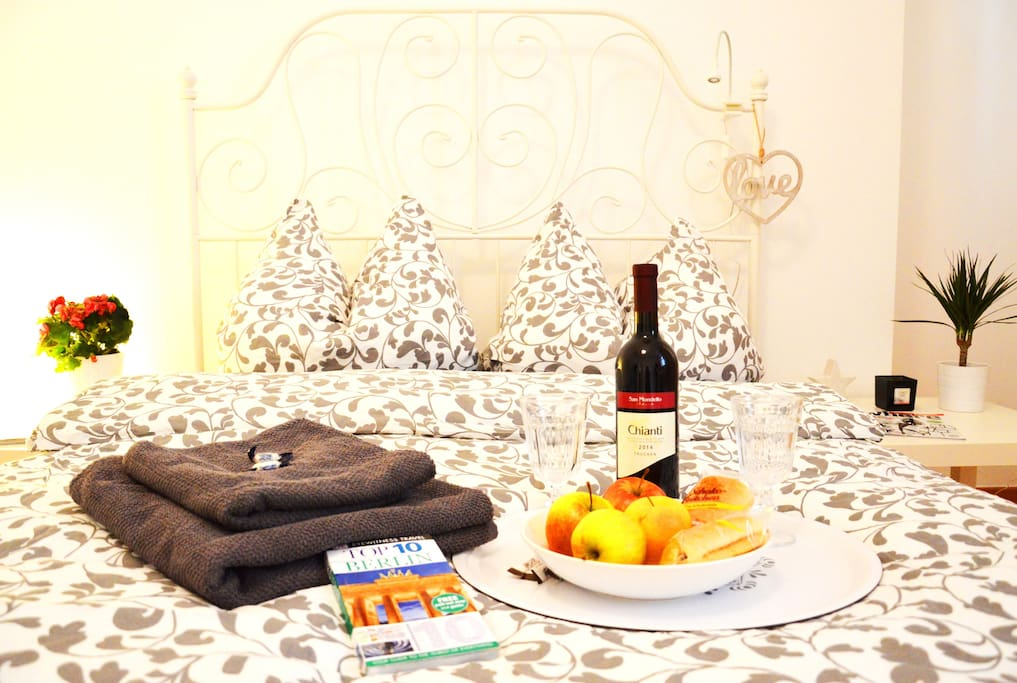 Your cozy Queen size bed ...1 to 4 guests room with desk , WIFI internet , towels , fruits , wine , Berlin guide , city maps and fast WIFI  internet :)