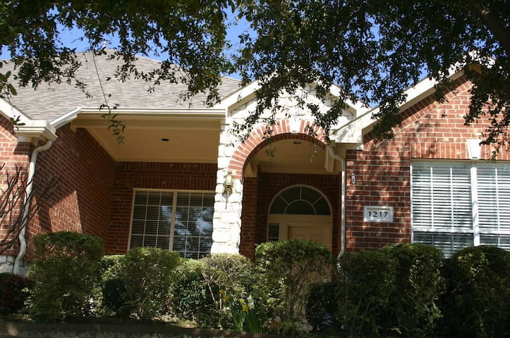 DFW airport 4BR/3,5BA House + Pool - Irving