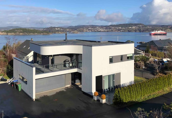 Contemporary house close to the ocean in Bergen