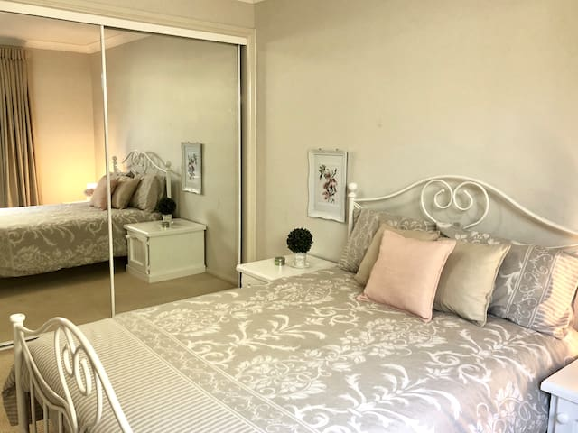 Clean & Tidy Private Room in A Modern Home