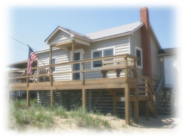 Cute semi oceanfront cottage for couples and dogs!