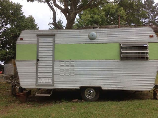 Inner city, one of a kind, retro caravan stay. - Ainslie