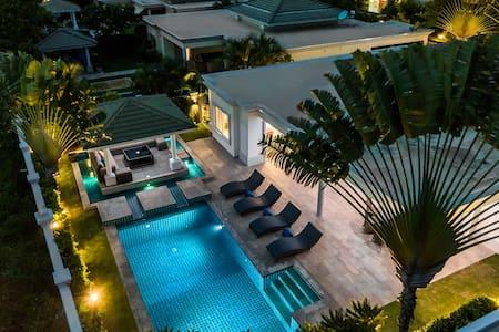 Luxury Pool Villa 608 / 4 BR 8-10 persons