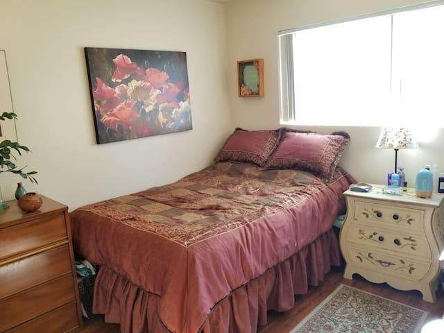 Cozy bedroom in San Gabriel.
