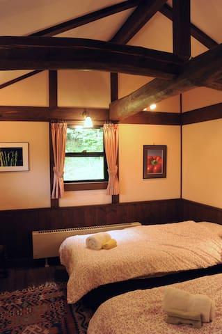 2階寝室では天井に太い梁がアクセントに