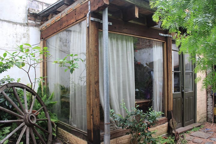 habitacion privada rodeada de jardin - Montevideo
