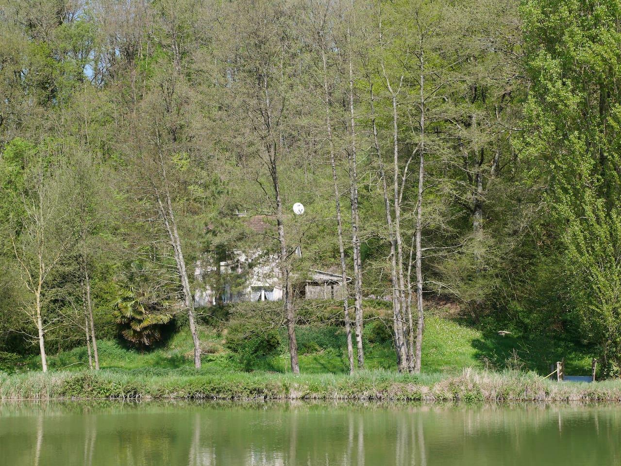 La maison surplombe l'étang