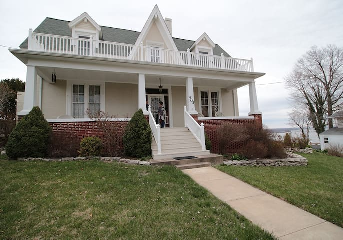 Comfy Bed & Breakfast above the Mississippi River
